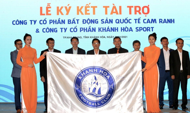 Sepak bola Khanh Hoa memakai baju baru