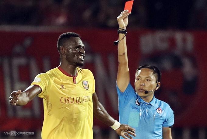 Papan wasit mendukung hukuman kartu pemain Ha Tinh