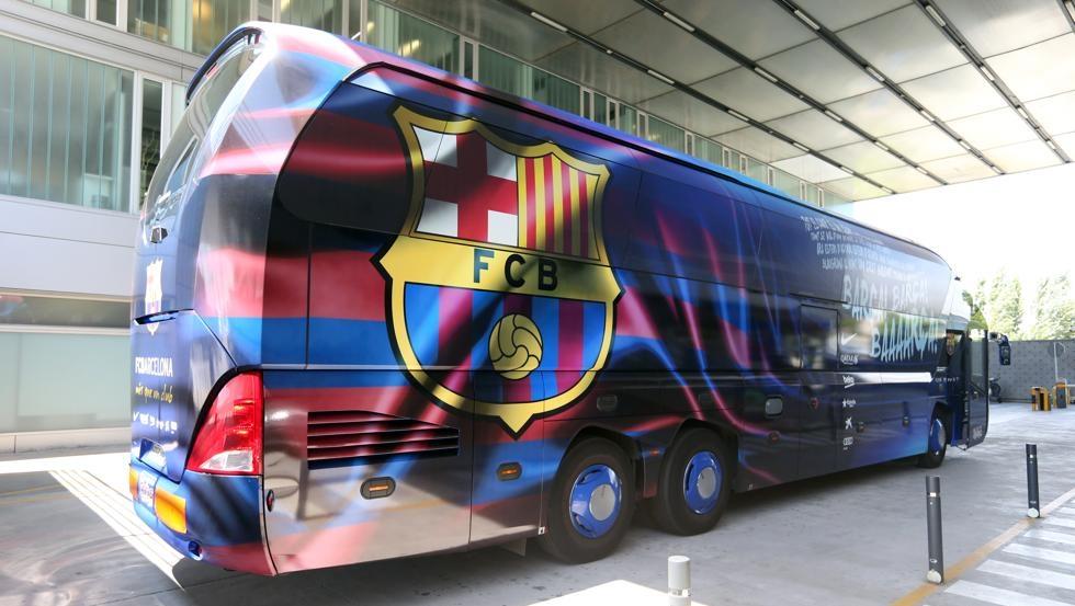 Barca naik bus untuk menghemat uang