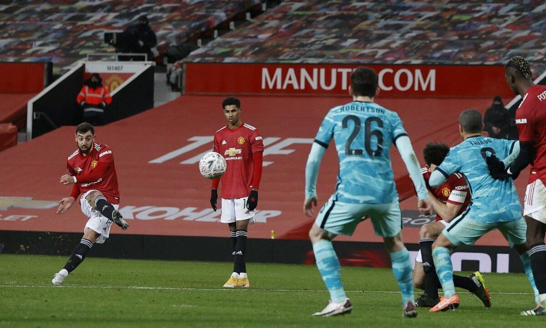 Cavani menunjukkan kepada Fernandes cara menendang gawang Liverpool