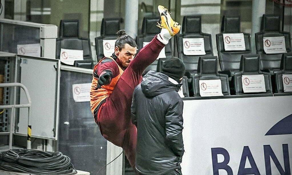 Ibrahimovic menendang kaki di atas kepala pelatih