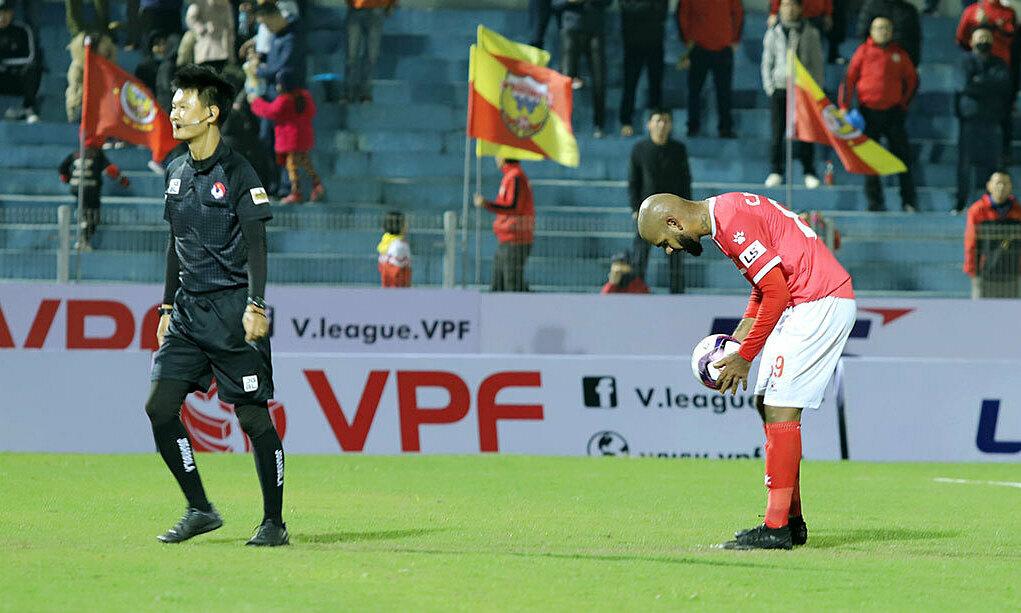 Mantan pencetak gol terbanyak Liga-V dua kali gagal mengeksekusi penalti