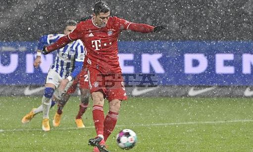 Lewandowski gagal mengeksekusi penalti