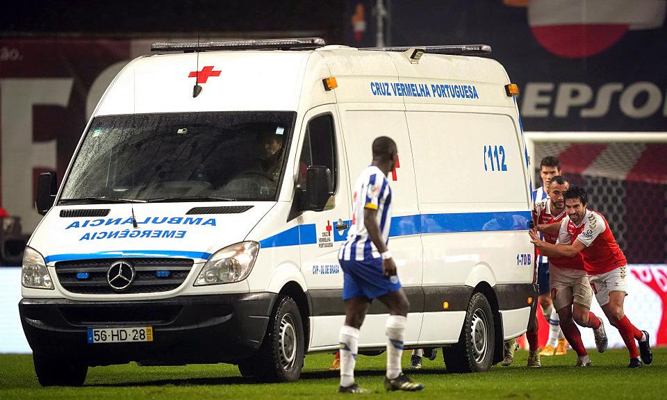 Pemain mendorong ambulans ke lapangan