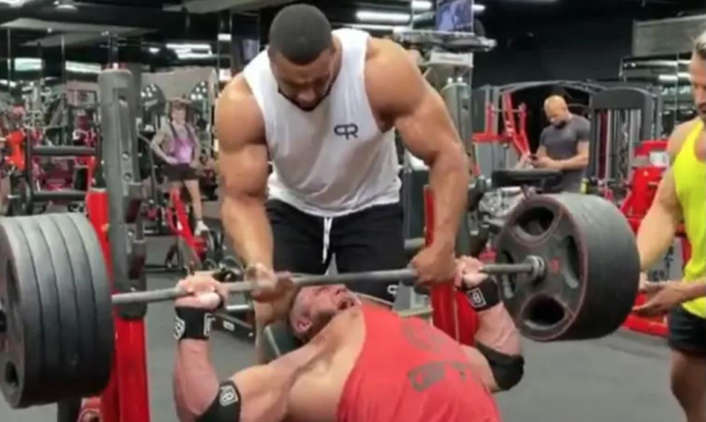 Atlet tersebut mengalami patah otot dada karena berusaha mengangkat 220 kilogram