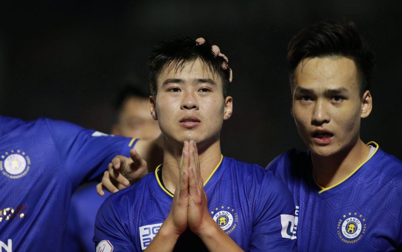 Do Duy Manh berdoa saat Hung Dung terluka