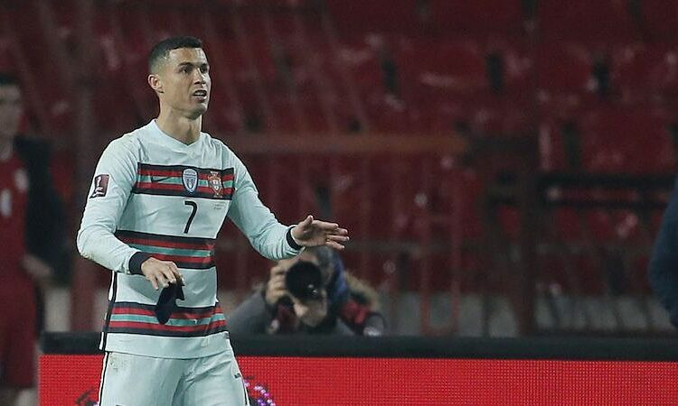 Ronaldo pun melemparkan ban kapten untuk memprotes wasit
