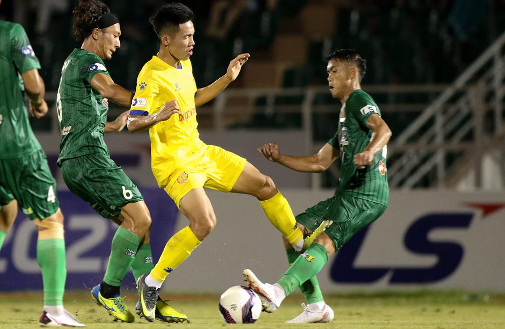 Pemain Nam Dinh mendapat hukuman karena menendang lawannya