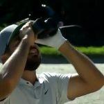 Jason Day harus menggunakan teropong untuk menemukan bola