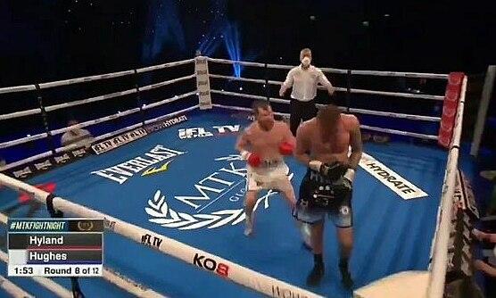Petarung itu memenangkan knock-out dengan serangan diam-diam