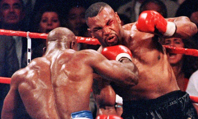 Mike Tyson membandingkan sarung tangan Holyfield pada akhir Mei