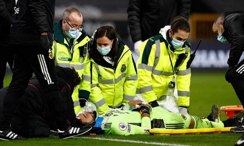 Kiper harus menghirup oksigen saat melawan Liverpool