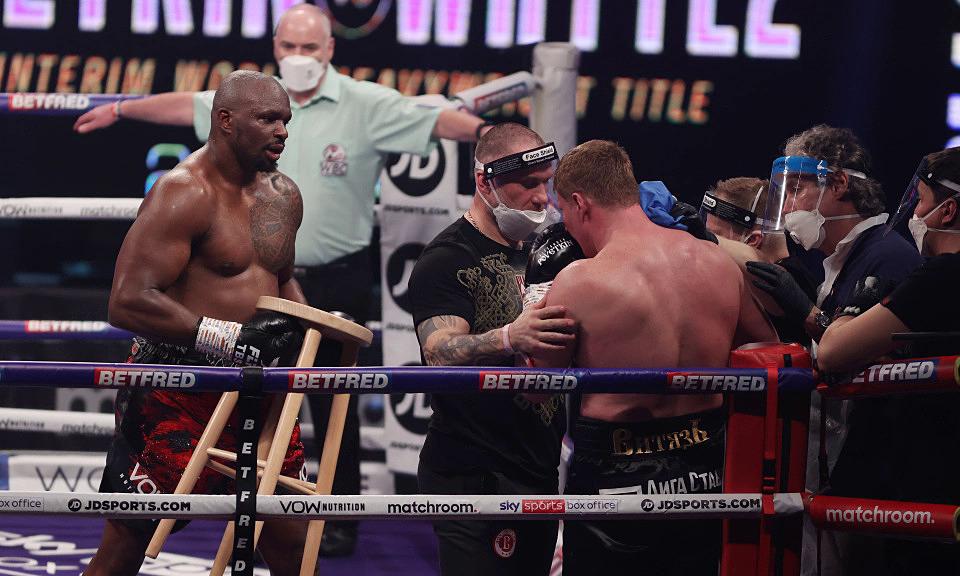 Petinju mengambil kursi untuk mendukung lawan setelah menang KO