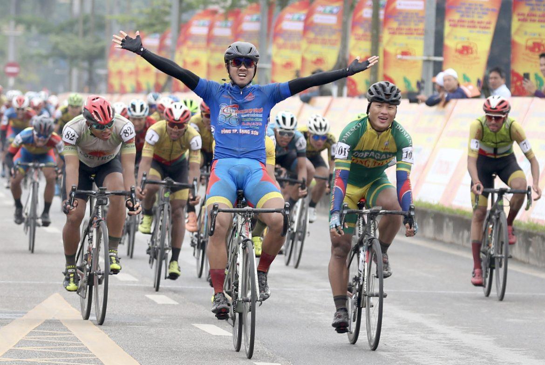 Tan Hoai mengambil alih Kaos Kuning, dan Kaos Biru memenangkan hadiah sepeda melalui Vietnam