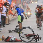 Le Nguyet Minh menyebabkan kecelakaan di leg keenam turnamen sepeda di Vietnam