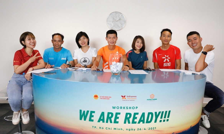 Pelari siap untuk menyiapkan PR di lintasan lari Quy Nhon