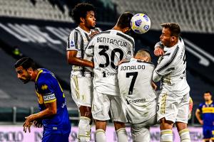 Ronaldo kembali menghindari bola sebagai pagar