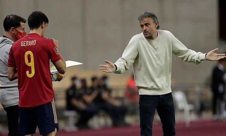 Pelatih Spanyol itu terjebak selama satu jam di lift