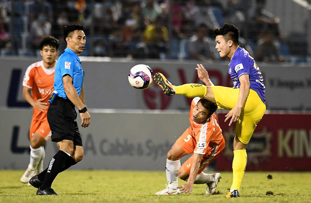 Wasit bersiul untuk tidak menghukum kartu merah sang pemain di Hanoi FC
