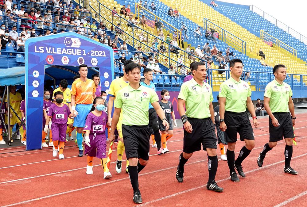 Wasit diskors karena gagal mengeksekusi penalti Nam Dinh