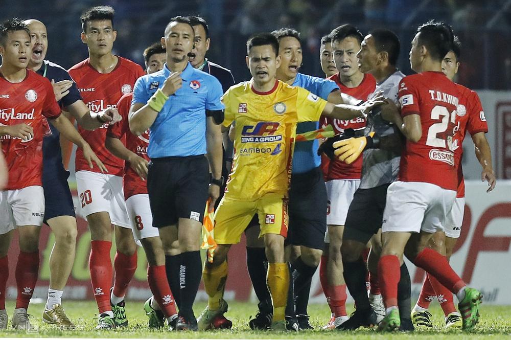 Kiper Thanh Thang menerima hukuman atas reaksi wasit