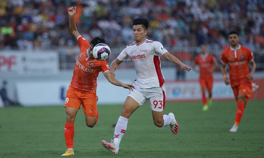 Hoang Duc mencetak gol tendangan bebas super