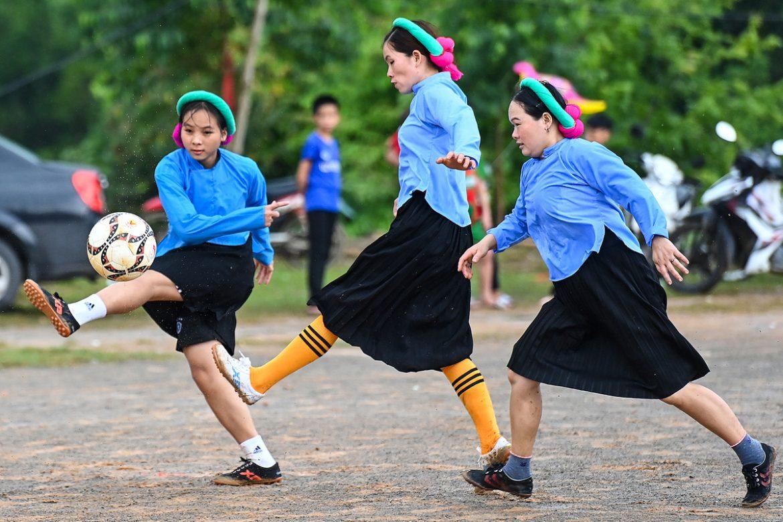 Pemain wanita memakai rok