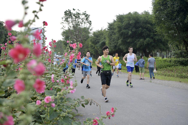 Landasan pacu hijau Ecopark yang berbunga-bunga menarik perhatian pelari
