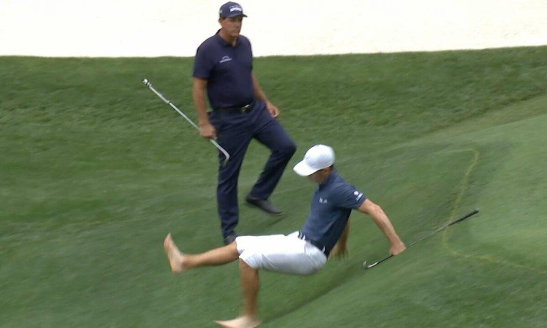 Juara PGA Tour terpeleset saat menyelamatkan bola