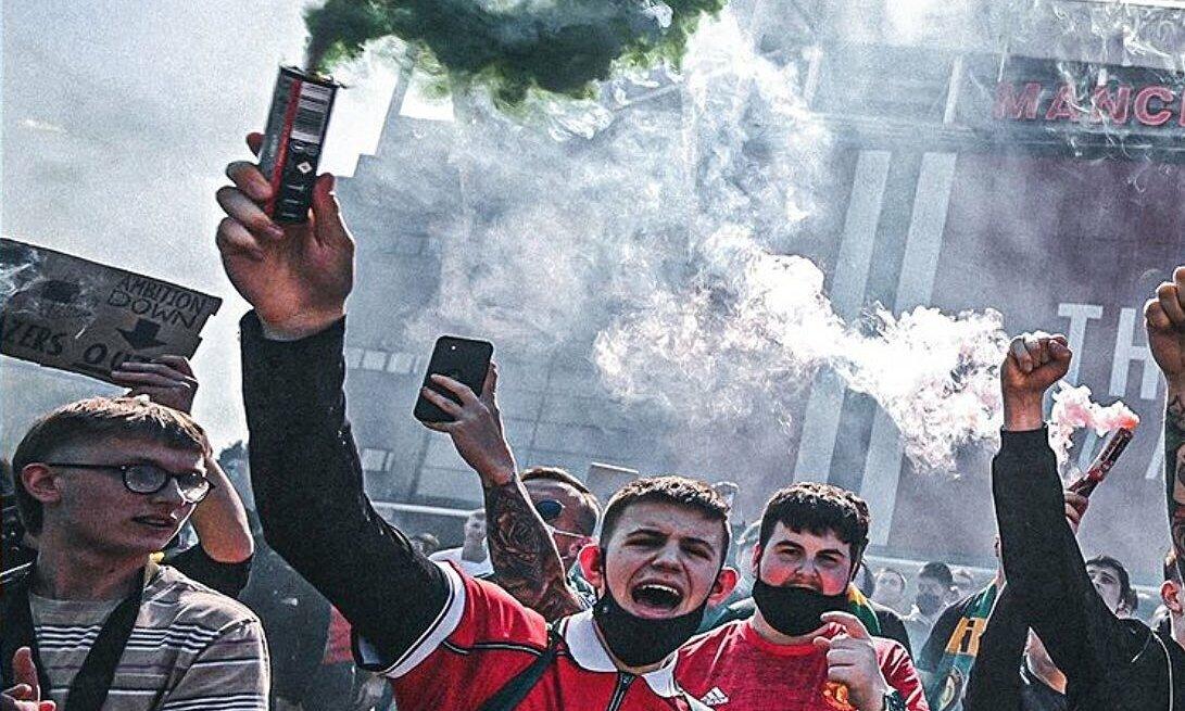 Penggemar Man Utd membakar bendera Amerika untuk memprotes Glazers