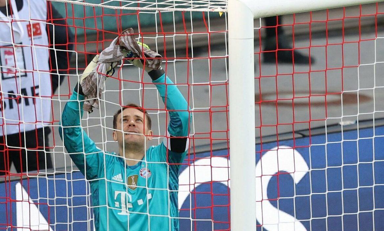 Neuer menggunakan handuk untuk menambal jaring