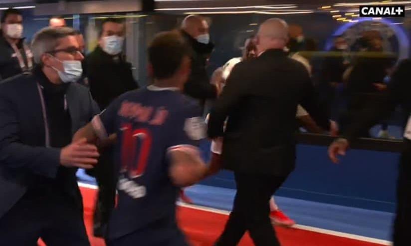 Neymar menuntut untuk memukul lawannya setelah mendapat kartu merah