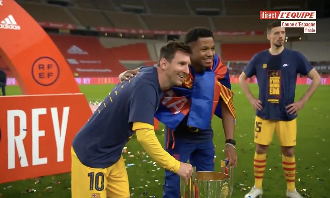 Para pemain Barca bergiliran berfoto dengan Messi
