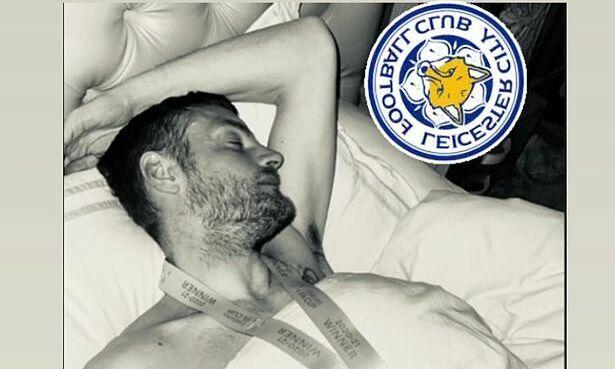 Vardy memakai trofi Piala FA-nya di tempat tidur