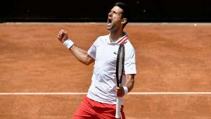 Djokovic menang melawan Tsitsipas setelah hujan