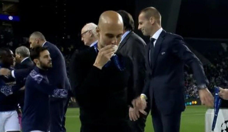 Guardiola diejek karena mencium medali perak