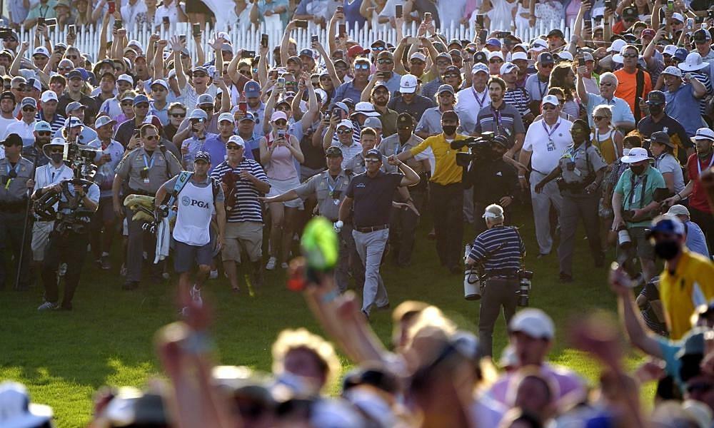 Koepka yang kesal membanjiri penonton ke lapangan untuk merayakan Mickelson