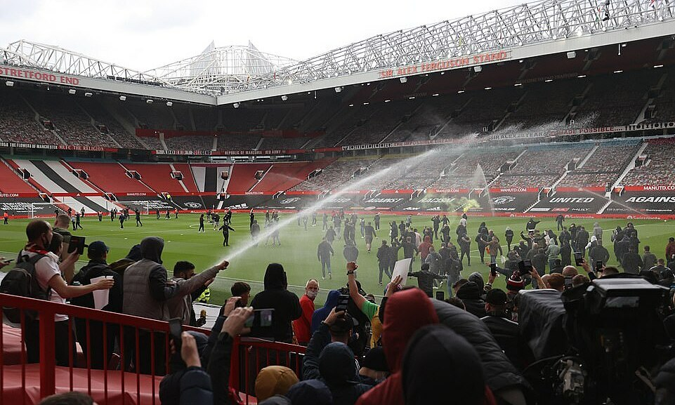 Pertandingan Man Utd – Liverpool sempat tertunda akibat demonstrasi dari para suporter