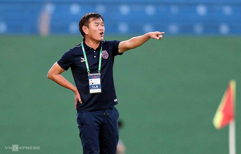 Pelatih Phan Thanh Hung memimpin Da Nang