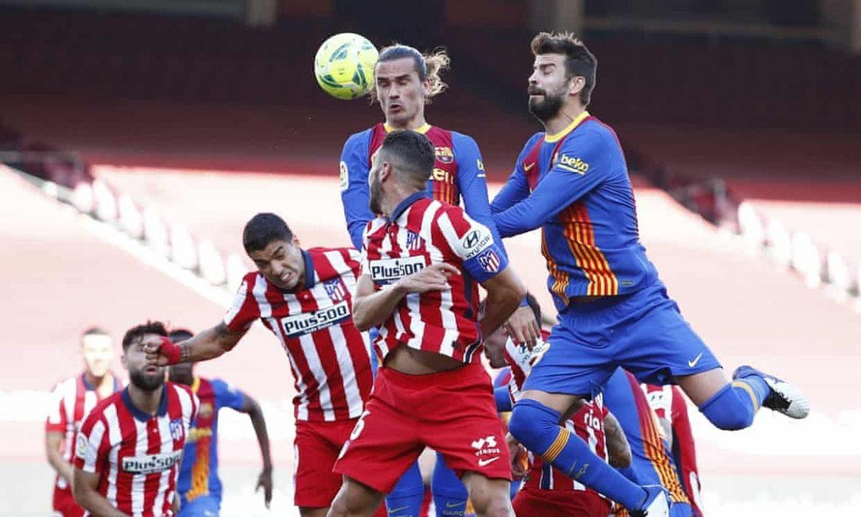Kaki Barca dan Atletico saling berpegangan
