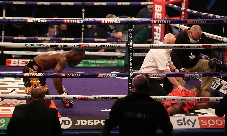 Boxer berlutut setelah melumpuhkan lawannya