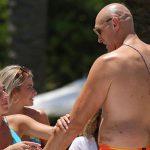 Dua penggemar wanita mengoleskan minyak ke seluruh tubuh Tyson Fury