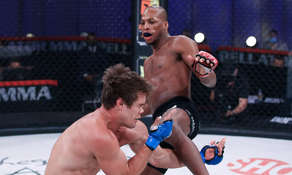 Petarung MMA memenangkan KO dengan hidung patah
