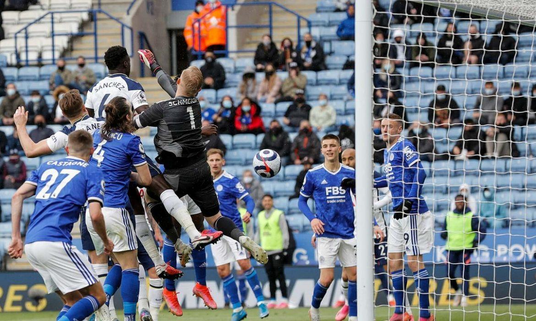 Schmeichel mengalahkan Leicester dari 4 besar