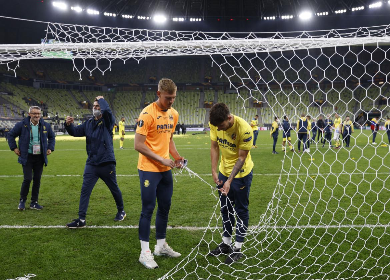 Pemain Villarreal berlomba membobol gawang