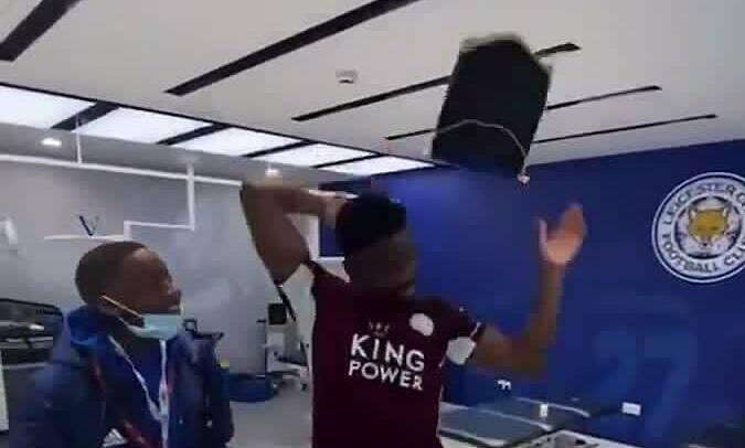 Pemain Leicester membuang bendera Chelsea