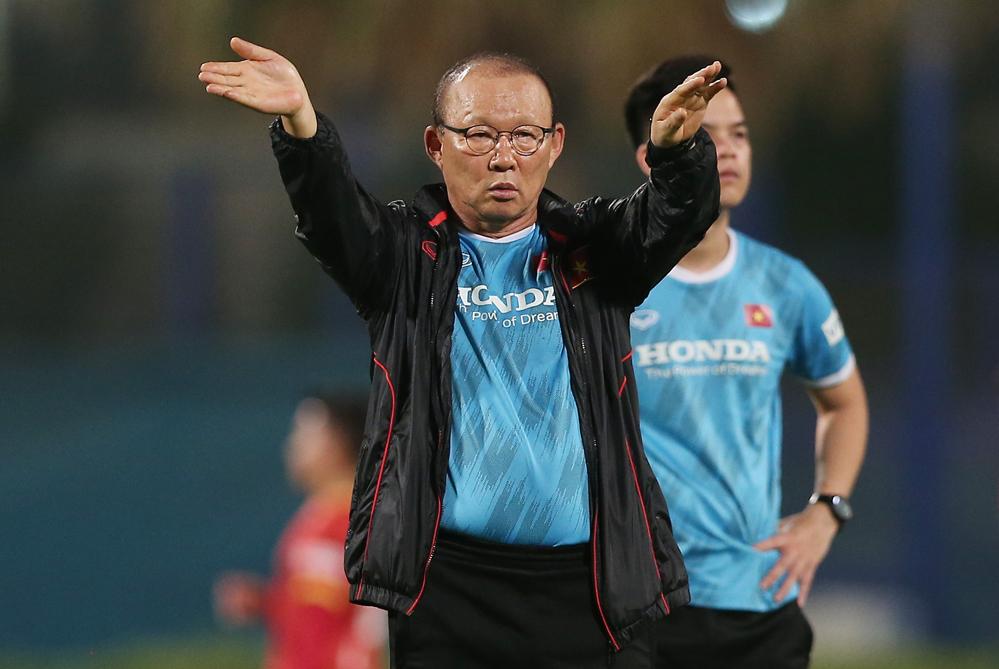 Pelatih Park pergi untuk mensurvei lawan dari meja KAYU