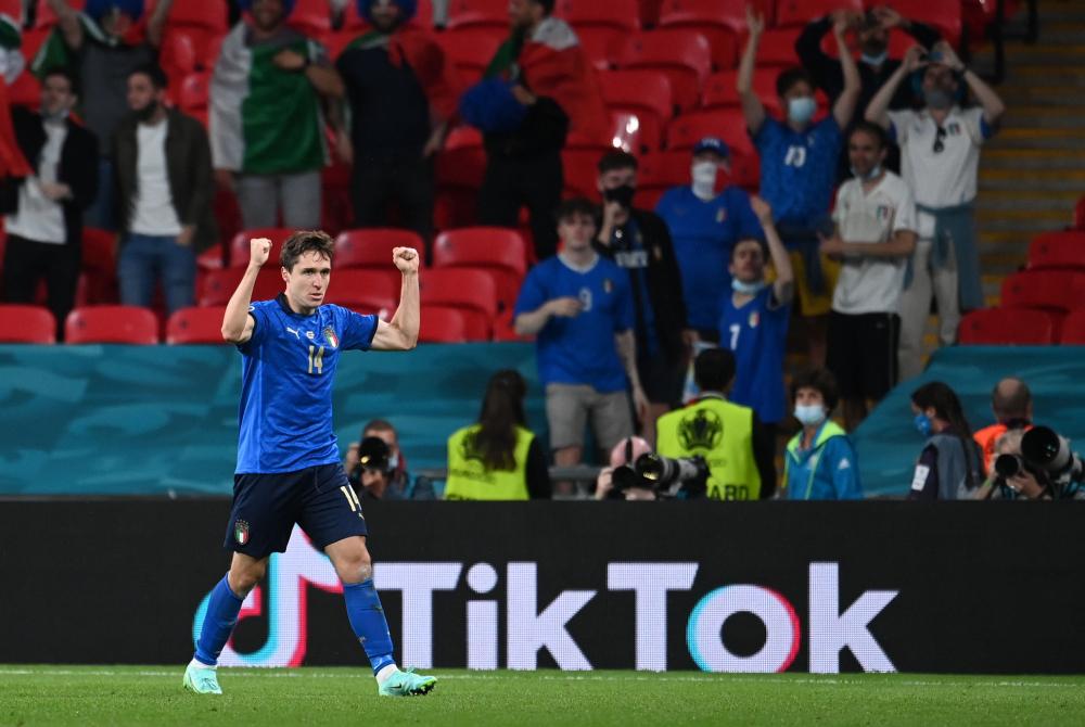 Pasangan ayah dan anak Italia ini tercatat dalam sejarah Euro