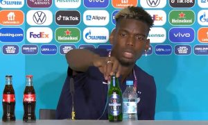 Pogba membersihkan botol bir di meja konferensi pers