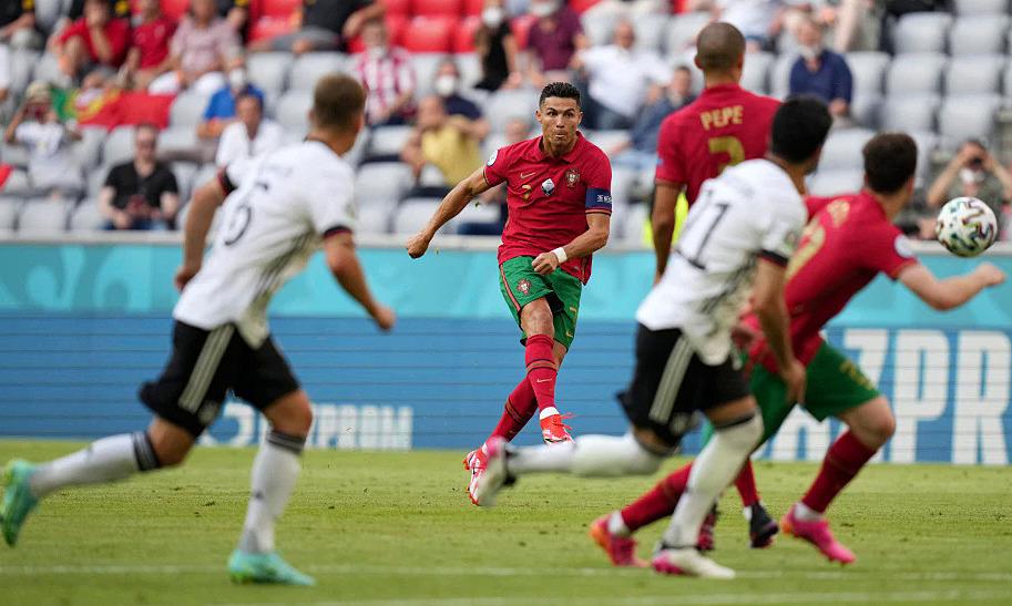 Ronaldo mencetak gol dari 50 tendangan bebas free